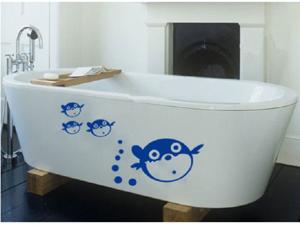 веселые дельфины на борту ванной